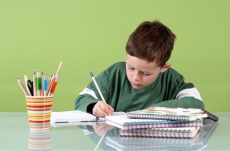 ילד כותב (אילוסטרציה)