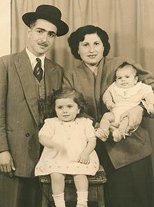 אסתר עם אחיה התינוק והוריהם נינה ומשה, אלג'יר