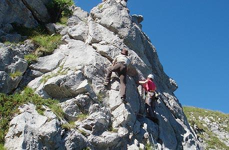 אופק וחבר מטפסים על צוק. החופשים משפיעים גם על הדימוי העצמי