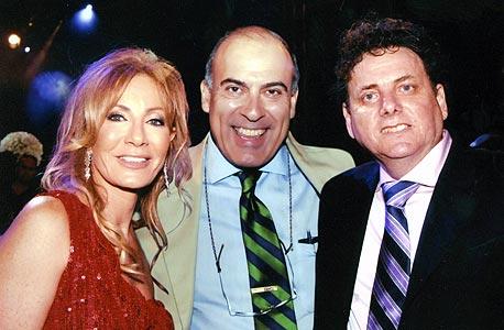 דודי (מימין) ודורית ורטהיים עם נשיא קוקה קולה העולמית מוכתר קנט