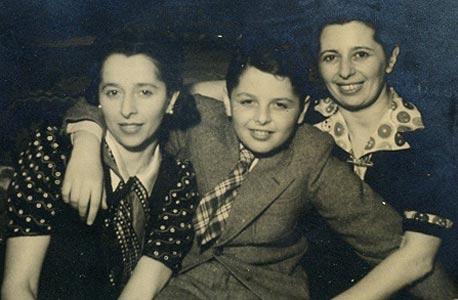 דן דוד בן תשע עם אימו ליזי (משמאל) ודודתו טיליסיה, בוקרשט