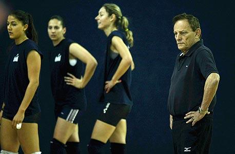 אריה זלינגר עם חלק משחקניות הנבחרת