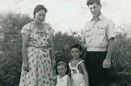 1946. אוריאל רייכמן בן ה-4 עם אחיו הקטן עודד והוריו  אלפרד וגרדה, תל אביב