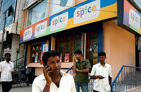 משתמשי סלולר בהודו. אחד מיעדי היצוא המרכזיים של תעשיית התוכנה והחומרה הישראלית
