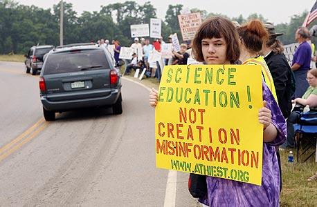 """מפגינה מחוץ למוזיאון הבריאה בקנטאקי, ארה""""ב. """"רק מיעוט מהמתנגדים נחושים - אולי 5%"""""""
