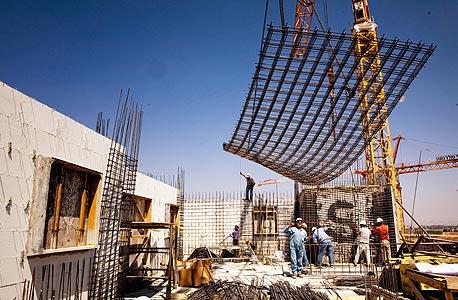 אתר בנייה. השכר הממוצע בענף הוא כ־6,800 שקל בחודש, צילום: דניאל דה אלבי