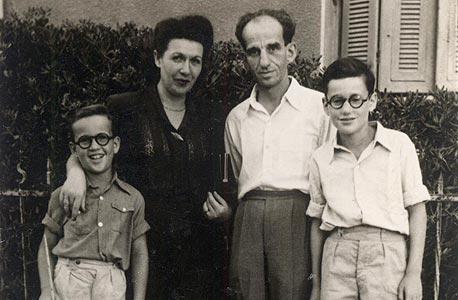 אלי פישר בן העשר, משמאל, עם אחיו גבריאל והוריו ולטר ורלה בחצר ביתם בתל אביב