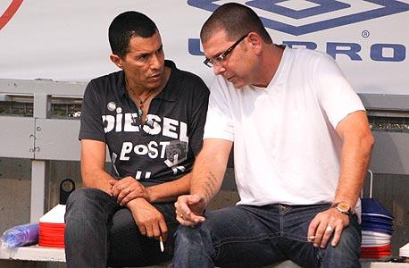 משה הראל (מימין) ואלי טביב. אחת הסיבות העיקריות לכך שכדורגל הוא עסק כה כושל היא כמות האנשים הלא ראויים שהמועדונים מעסיקים