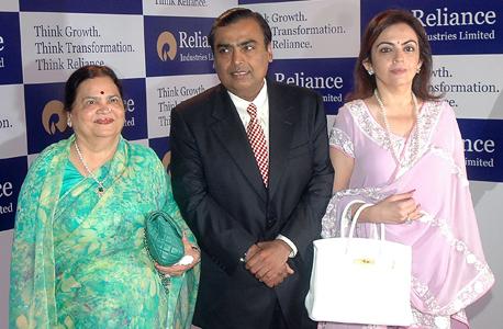אמבני אמבאני (במרכז) עם אמו ובתו. הפסיד 1.8 מיליארד דולר, צילום: אי פי איי