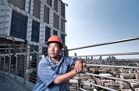 """""""אני מרוויח כ־7,000 שקל בחודש ומתקיים מ-2,000-1,500 שקל. את כל היתר אני שולח לסין. שם הרווחתי הרבה פחות, כ־60 שקל ליום עבודה"""""""