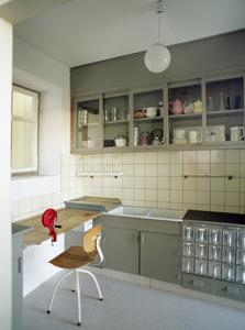 """""""מטבח פרנקפורט"""" ב-MoMA. שילוב של המחקר המדעי עם עקרונות המודרניזם, חסכנות, היגיינה והכנסה של יותר אור ואוויר"""