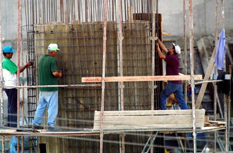 עובדים זרים בבניין (ארכיון)