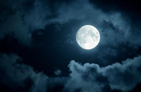 כיצד הירח מתמלא בכל העולם ביחד?