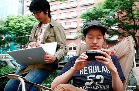 צעירים יפנים בתנוחה אופיינית. ביפן 35% מילידי שנות השמונים טרם עזבו את בית הוריהם