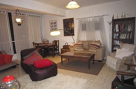 דירת האוספים. וילונות, 30-175 שקל, מנורת קשת, 900 שקל