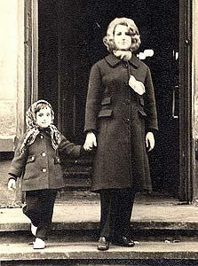 1970. סבינה, בת 4, עם אמה חנה בפתח בית כנסת בריגה