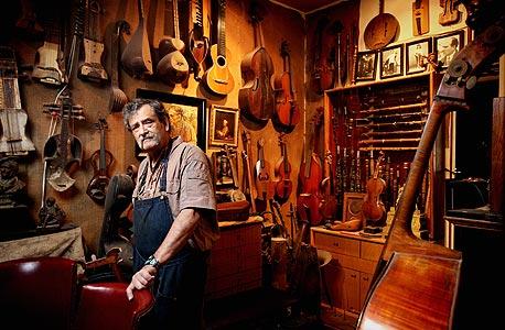 אמנון וינשטיין, בונה כינורות ומשמר כינורות עתיקים, בסדנה שלו
