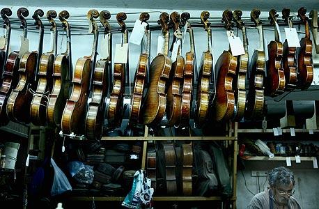 כינורות בסדנא של אמנון ויינשטיין