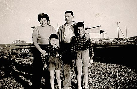 1954. משה, בן 9, עם אחיו בן ה־5 וההורים הדסה ואברהם, כפר שמריהו