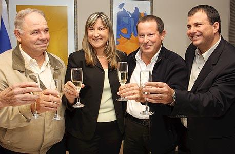 """ליעד כהן, מאיר שמיר, זהבית כהן ואריק רייכמן בטקס מכירת תנובה, 2008. הראשון כבר לא מנכ""""ל, השני כבר לא שותף, השלישי כבר לא מרגיש רצוי"""