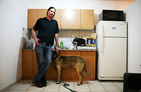 יניב רון, 32, רווק. גר בקומה 6. עובד בסטארט-אפ פלאש נטוורקס. היה חשוב לו למצוא מקום שבו יאפשרו לו לגדל את הכלב שלו, מגזע זאב אנטלי. עד לאחרונה התגורר בארצות הברית ובקנדה. נכנס השבוע לדירה. בינתיים התרשם שיש במקום הרבה בחורות ראויות שגם להן יש כלבים, והוא די אופטימי לגבי העתיד שלו שם. משלם 2,700 שקל לחודש