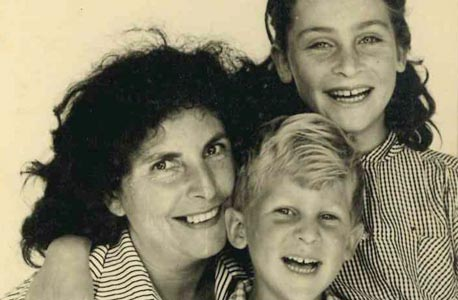 1956. גיורא איילנד, בן 4, עם אחותו אילנה בת ה־8 ואמו זהבה במושב כפר הס