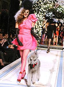דוגמנית לובשת שמלה מקולקציית ההוט קוטור של H&M בעיצובו של אלבר אלבז, צילום: איי פי