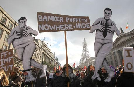 הפגנה בדבלין, אירלנד, נגד תוכנית הקיצוצים בסוף נובמבר. הקנרית במכרה הפחם