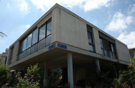 עקיבא אריה 20. נבנה ב־1959 בהשראת וילה סאבואה, בית הקיט שתוכנן בידי האדריכל השוויצרי לה קורבוזיה ונהפך לאבן דרך באדריכלות המאה ה־20