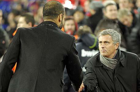 ז'וזה מוריניו נגד פפ גווארדיולה. למאמן ברצלונה יש יתרון שהוא חלק ממערכת מקצועית נפלאה שעובדת כבר כמה עשורים על אותו קו מחשבה