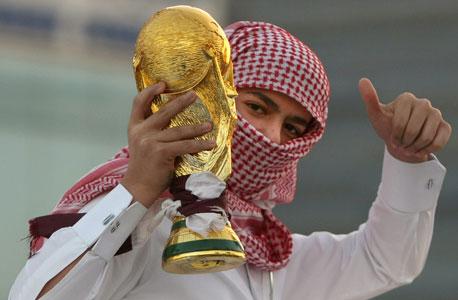 אוהד קטארי חוגג את הזכייה באירוח מונדיאל 2022. הביקורות ממשיכות, צילום: אי אף פי
