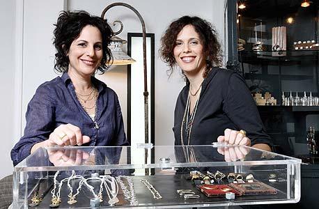 מימין: עינת אגסי ותמר קליין. לתכשיטים יש מעריצים