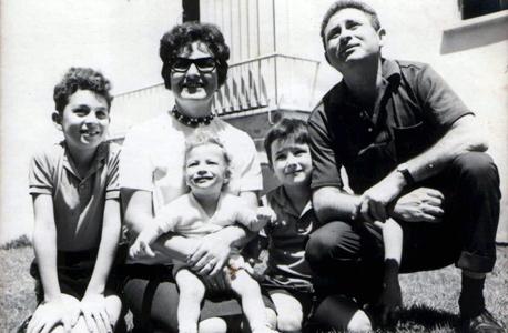 1966, ניר למפרט (מימין), בן 6, עם הוריו רות ויגאל ואחיו עדו ויעקב, תל אביב