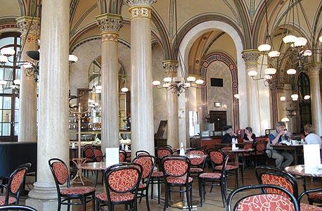 קפה סנטרל, וינה. מספרים שלנין וטרוצקי נהגו לנהל בו קרבות שחמט, צילום: cc by  paula moya