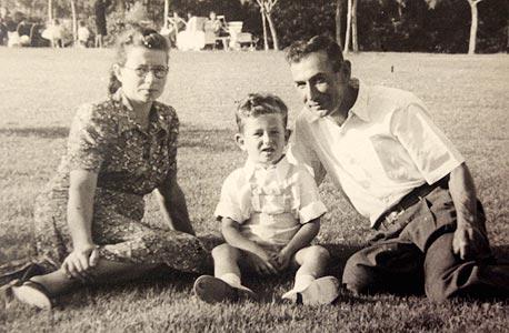 1948 - יעקב פרי, בן 4, עם הוריו אליעזר ומלכה, בגן המלך, נתניה