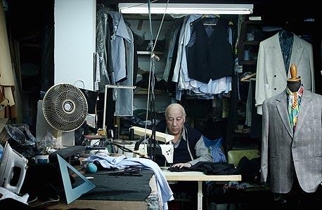 """החייט סמי בחנותו ברחוב טשרניחובסקי בתל אביב. """"אין טעם להזמין אצלי חליפה. זה עולה יותר מדי והחליפות של פולגת גם יפות"""""""