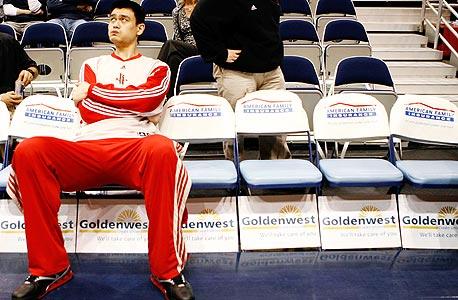 """יו""""ר התאחדות הכדורסל הסינית יאו מינג, בעת שהיה שחקן הרוקטס, צילום: רויטרס"""