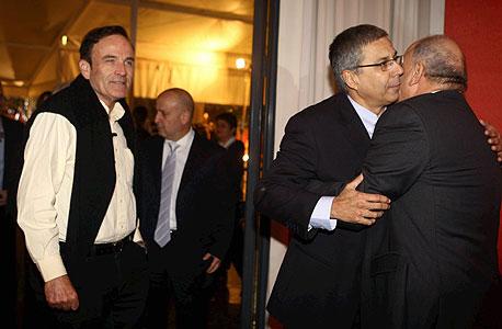 יצחק תשובה מתחבק עם ציון קינן ברקע עמוס שפירא, צילום: אוראל כהן