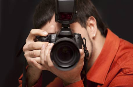 צלם. חשוב לכלול בתשלום זכויות סוציאליות ששוות כסף