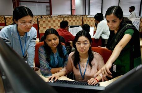 עובדי אינפוסיס בבנגלור, הודו. מרכז מיקור-החוץ העולמי