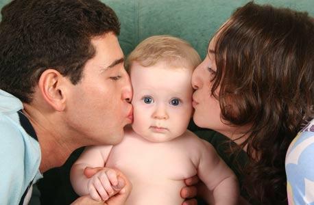 גבר נהנה מעלייה בשכר עקב הפיכתו לאב, שכרה של האם ירד, צילום: shutterstock