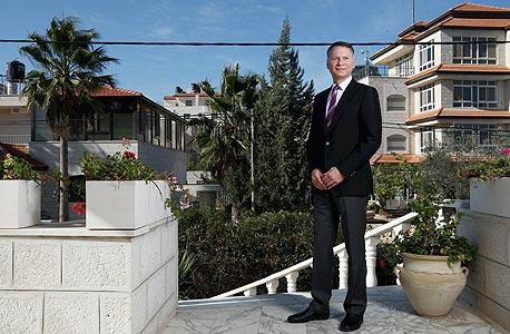 """בשאר אל־מסרי בביתו ברמאללה. """"אם הפוליטיקה של קנאים דתיים־לאומיים תשתלט על העסקה המסחרית, זו תהיה מכה מבישה לכלכלה הליברלית הישראלית"""""""