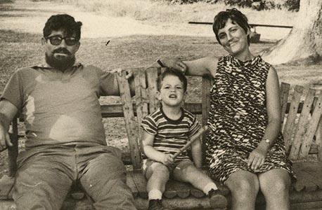 1967 רני רהב, בן ארבע, עם הוריו חנה ויצחק, יער בן שמן