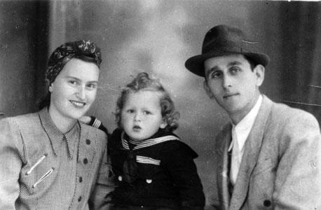1950, אהרון זאבי פרקש, בן שנתיים, עם הוריו דב וחנה, טרנסילבניה