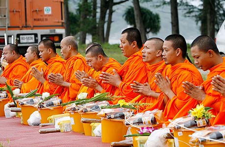 """בודהיסטים בתאילנד. פול בלום: """"רוב תושבי העולם המודרני דתיים. דרושה תיאוריה חדשה שמסבירה זאת"""""""