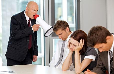 בוס צועק על עובדים (אילוסטרציה). מי צריך מנהלים?