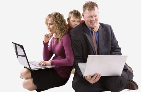 למי תיתן יותר לייקים, לאבא או לאמא? , צילום: shutterstock