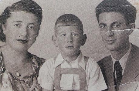 1950. דב ויסגלס, בן ארבע, עם הוריו ציפורה ודוד, תל אביב