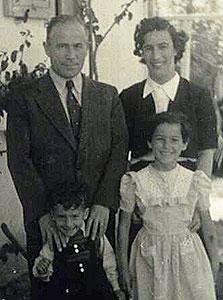 יהודית ריכטר בת 8 עם אחיה ישראל בן ה-3 והוריה מצה וצבי, תל אביב