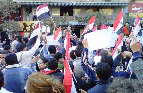 מפגינים נגד מובארק במצרים. תוצאת ביניים: פייסבוק 1, דיקטטורות 0, צילום: cc by Muhammad Ghafari
